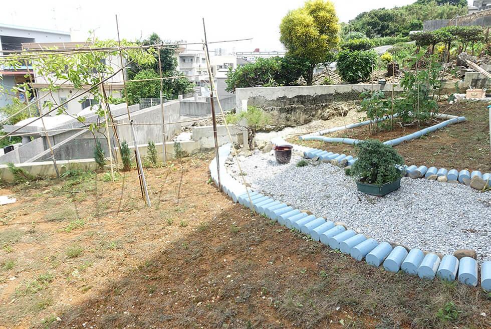 棚原様宅 裏庭の畑。ゴーヤやヘチマなどを栽培。